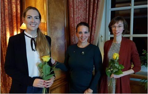 Gelbe Zonta-Rosen für die beiden Preisträgerinnen Adina Kern (links) und Johanna Lengsfeld (rechts)